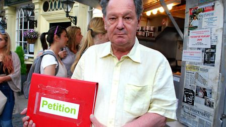 Edward de Mesquita, with the petition that has been signed by more than 12,000 people, outside La Cr