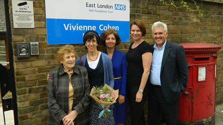 Dr Vivienne Cohen (left) with family, colleagues and friends