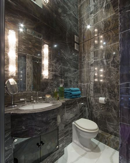 The bathroom with mirrored ceiling