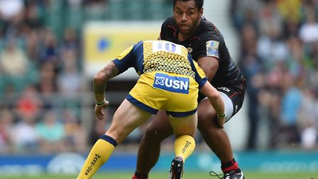 Saracens' Billy Vunipola is tackled by Worcester Warriors' Ryan Lamb during the Aviva Premiership ma