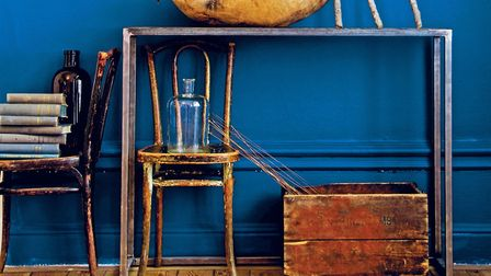 Painting walls a deep blue will give you a sense of summer all year round: room of Filippa Rosenqvis
