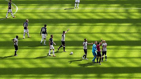 Newcastle United's Jonjo Shelvey is sent off by referee Andre Marriner during the Premier League mat