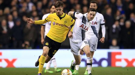 Tottenham Hotspur's Ryan Mason (right) and Borussia Dortmund's Julian Weigl battle for the ball duri