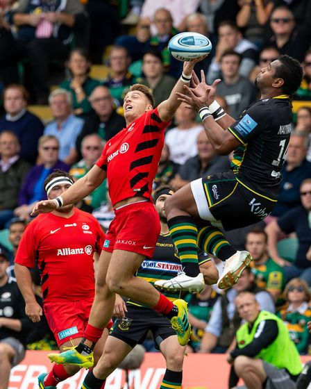 Saracens' Liam Williams (left) and Northampton Saints' Taqele Naiyaravoro during the Gallagher Premi