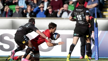 Saracens' Mike Rhodes (right) scores their first try against Glasgow Warriors during the European Ch