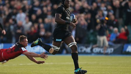 Saracens' Maro Itoje goes onto scores his side 1st try as Lyon Decon Fourie tries to catch him durin