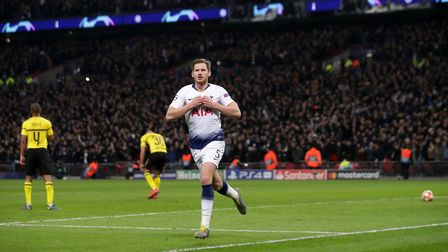 Tottenham Hotspur's Jan Vertonghen (centre) celebrates scoring his side's second goal of the game du