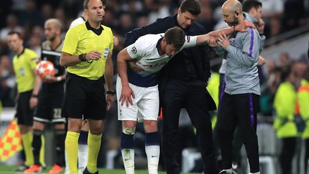 Tottenham Hotspur manager Mauricio Pochettino assists Jan Vertonghen after a head injury during the