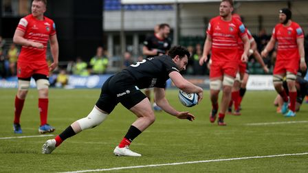 Saracens Dom Morris goes onto score his side's second try during the Gallagher Premiership match at