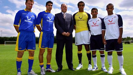 Tottenham Hotspurs manager Martin Jol (C) stands with new signings (L-R) Teemu Tanio, Paul Stalteri,