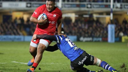 Saracens' Mako Vunipola is tackled by Bath's Francois Louw during the Gallagher Premiership match at