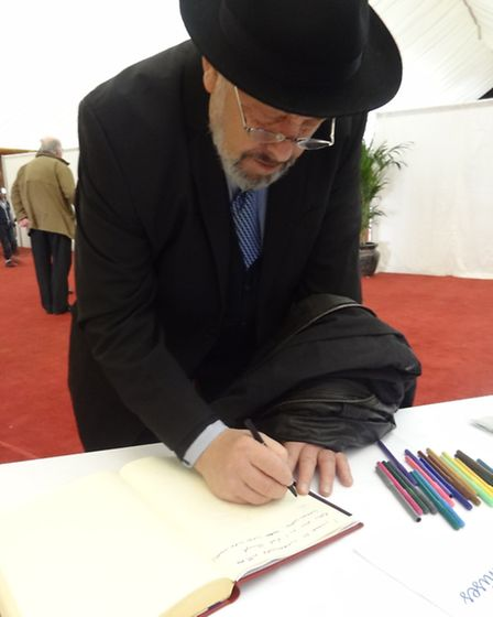 Gershon Glausiusz signs the Book of Promises