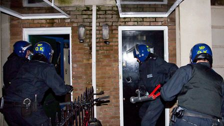 Police storm neighbouring homes in Pentland Road (pic credit: Jan Nevill)