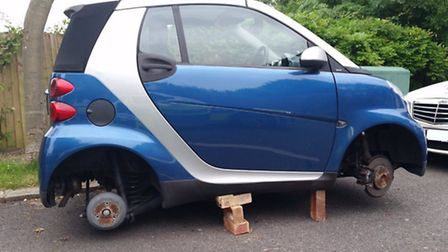 Thieves have stolen all four wheels from this Smart car (Pic: Twitter@MPSBrent)