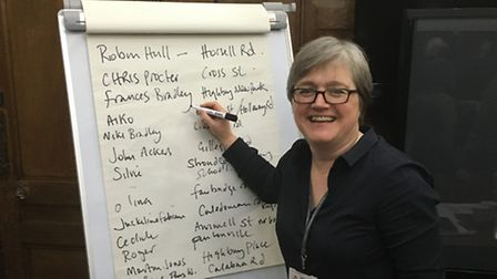 Volunteers pledge to Cllr Caroline Russell to install diffusion tubes around Islington to monitor po