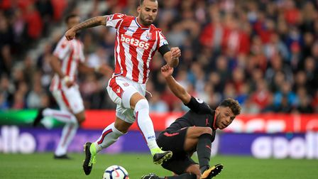 Stoke City's Jese Rodriguez (left) and Arsenal's Alex Oxlade-Chamberlain battle for the ball (pic Mi