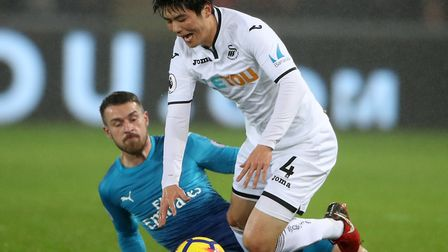 Arsenal's Aaron Ramsey (left) and Swansea City's Ki Sung-yueng battle for the ball (pic Nick Potts/P
