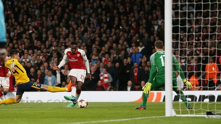 Danny Welbeck of Arsenal shoots straight at Jan Oblak of Atlético Madrid in the UEFA Europa League g