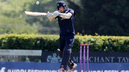 Stevie Eskinazi of Middlesex tries a hook shot (pic Nick Wood/TGS Photo)