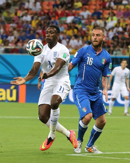 England's Danny Welbeck (left) and Italy's Daniele De Rossi battle for the ball at the 2014 FIFA Wor