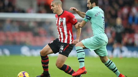 Southampton's Oriol Romeu (left) and Arsenal's Henrikh Mkhitaryan battle for the ball during the Pre
