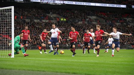 Tottenham Hotspur's Harry Kane (centre, left) scores his side's first goal of the game during the Pr