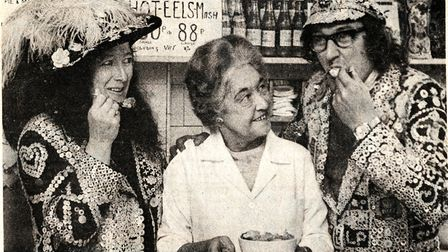 Lydia Manze serving the pearly king and queen of Islington in 1977.