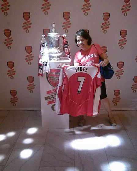 Jocelyn Taub with the FA Cup in 2014 at New York's Grand Central station
