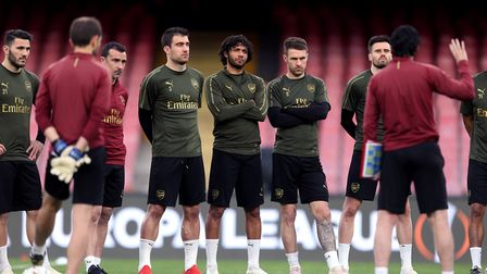 Arsenal manager Unai Emery speaks with his players including Sokratis Papastathopoulos, Mohamed Elne