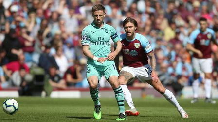 Burnley's Jeff Hendrick (right) and Arsenal's Nacho Monreal battle for the ball during the Premier L