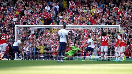 Tottenham Hotspur's Harry Kane (second left) scores his side's second goal of the game during the Pr