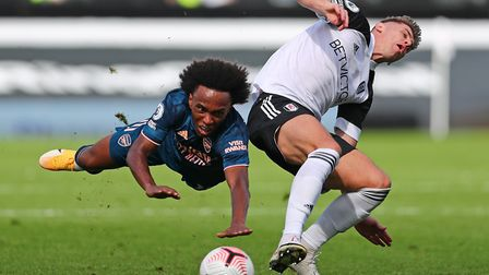 Arsenal's Willian (left) and Fulham's Tom Cairney battle for the ball during the Premier League matc