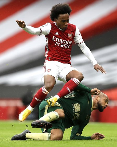 Arsenal's Willian (left) and Sheffield United's David McGoldrick battle for the ball
