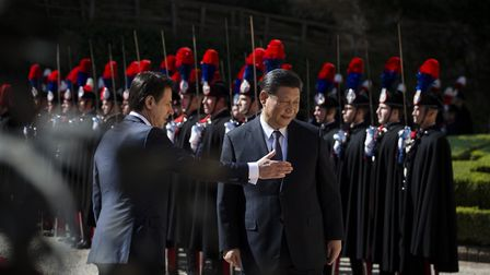 Italys Prime Minister Giuseppe Conte (L) and China's President Xi Jinping (R) review Italian Carabin