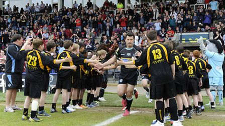 Marlborough Science Academy form a guard of honour for the London Broncos and Wigan Warriors.