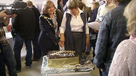Outgoing Mayor, Cllr Eileen Harris, cutting the cake
