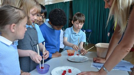 Children-investigating-how-the