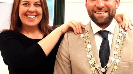 Ben Lewis receiving the chains from former mayor Victoria Hulstrom-Allen.
