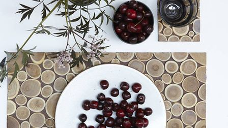 Masculine and natural: a wood-themed set for the dining table