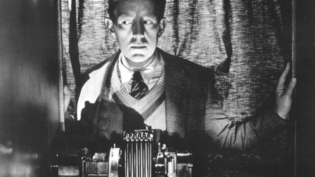 English actor Alec Guinness (1914 - 2000) as Sidney Stratton in 'The Man in the White Suit', directe