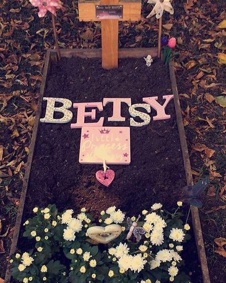 Betsy's grave before the cross was taken