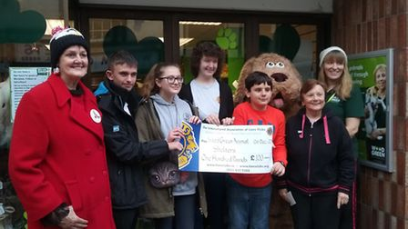 Leos Jake Griffin, Ellie Wright, Kelly Green and Stephan Asimit with the cheque, between Jennifer Co