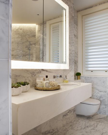 This wall-mounted mirror light not only creates a nice ambience in the bathroom but offers good refl