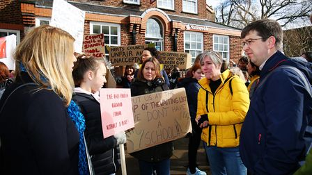 St Albans Liberal Democrats p?arliamentary spokesperson Daisy Cooper speaks to parents and children