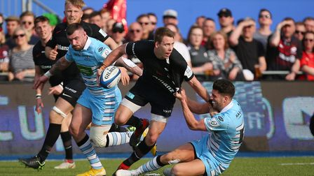 Liam Williams of Saracens looks to pass in the Heineken Champions Cup game between Saracens v Glasgo