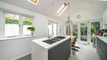The high quality Nolte kitchen/breakfast room has a range of matt white and grey frosted glass front