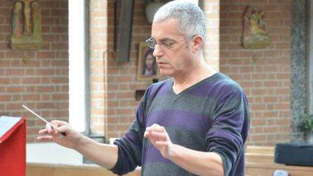 Robin Osterley conducts the Stevenage Choral Society in rehearsal