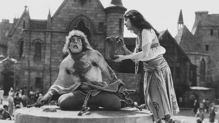 Lon Chaney as Quasimodo and Patsy Ruth Miller as Esmerelda in The Hunchback of Notre Dame (1923). Pi
