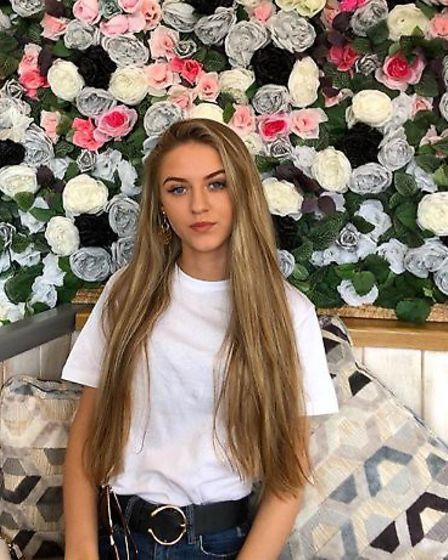 18-year-old Alicia Maxwell is set to complete a charity skydive in memory of her mum who died of cer