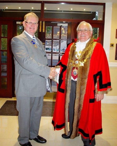 Outgoing mayor Cllr Simon Inch shakes hands with new mayor Cllr Mervyn Langmead. Pic: Graham Hobbs